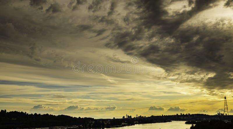Dramatisk härlig himmel ovanför staden, sikt från bron royaltyfria bilder