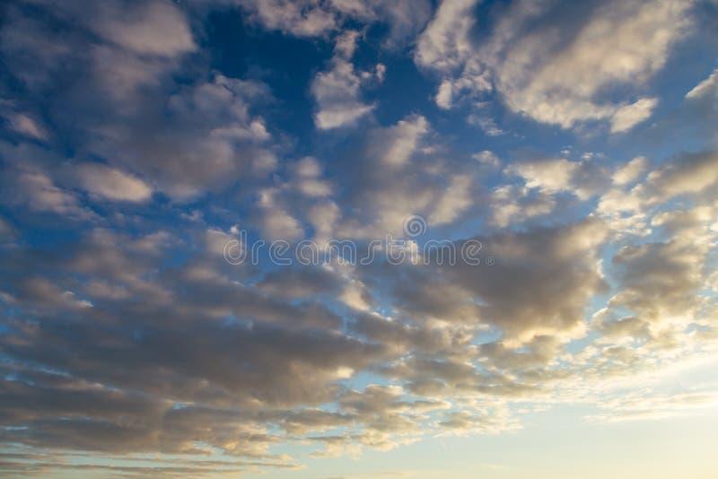 Dramatisk härlig himmel på solnedgången med cirrusmolnmoln, kan användas som en bakgrund royaltyfri fotografi