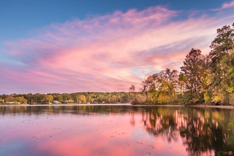 Dramatisk höstsolnedgång på Hamilton Lake i Arkansas royaltyfria foton