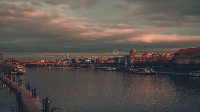 Dramatisk himmel över en bro royaltyfria foton