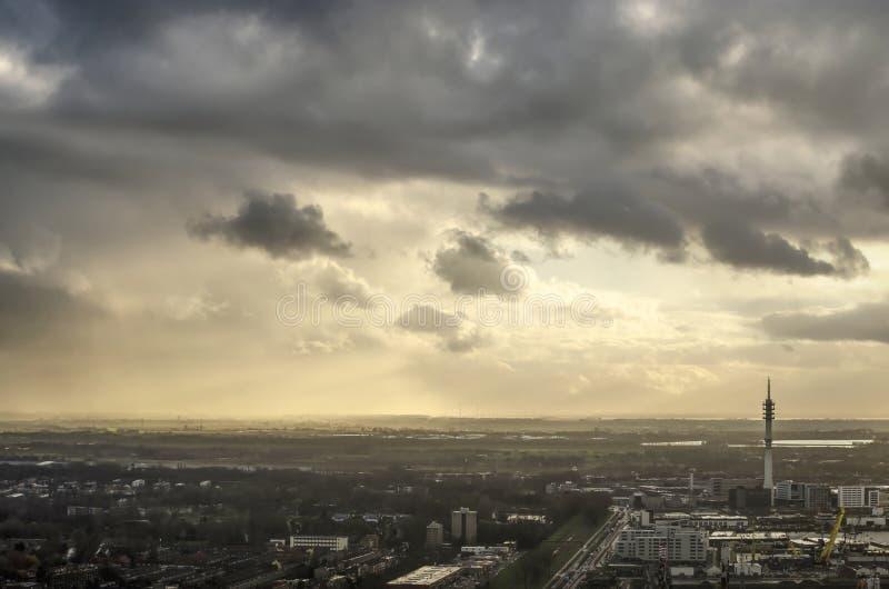 Dramatisk himmel över Rotterdam southbank royaltyfria bilder