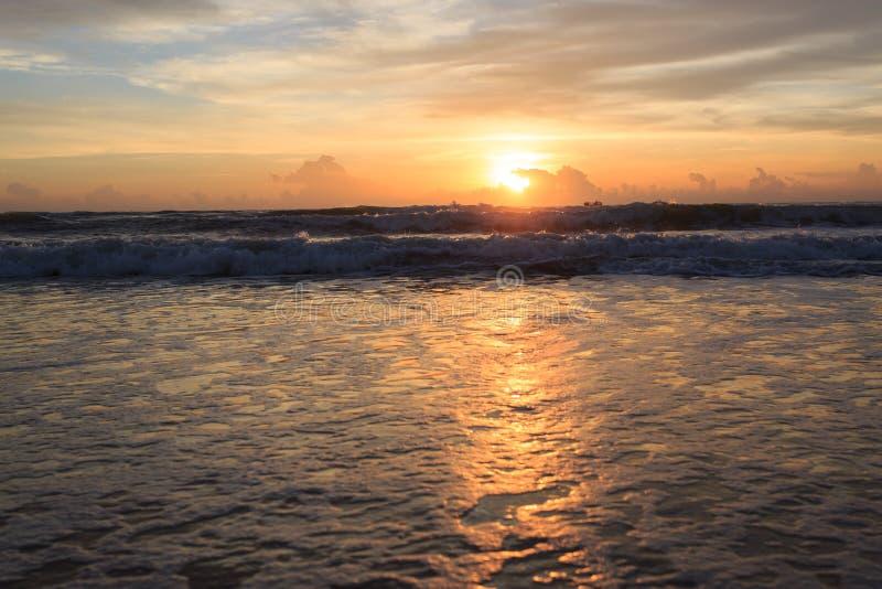 Dramatisk himmel för härlig soluppgång med det färgrika molnet arkivbilder