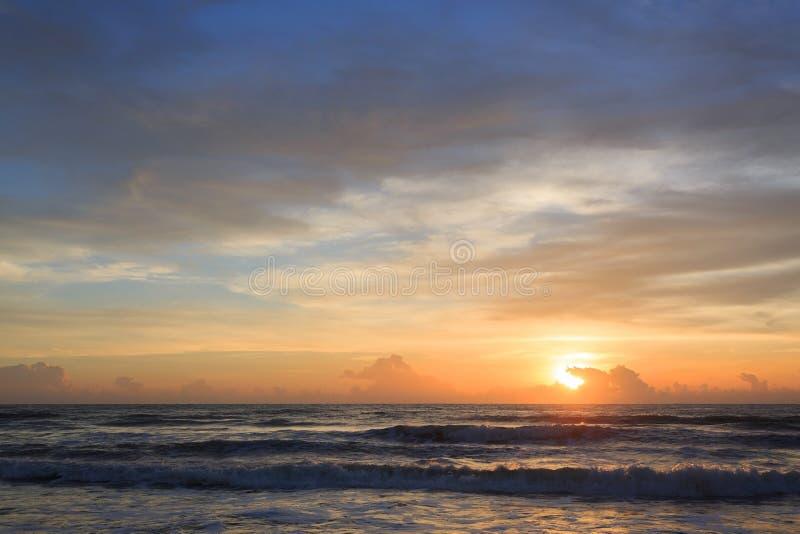 Dramatisk himmel för härlig soluppgång med det färgrika molnet royaltyfria bilder