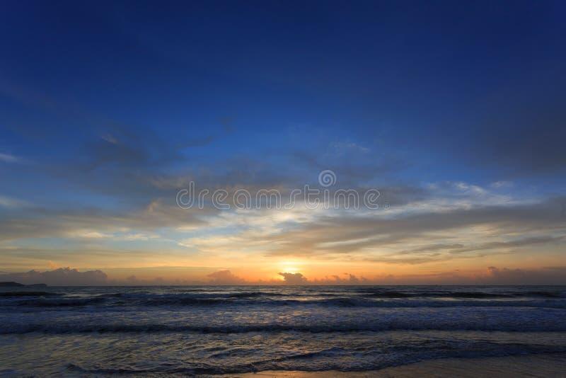 Dramatisk himmel för solnedgång med det färgrika molnet på havet royaltyfria bilder