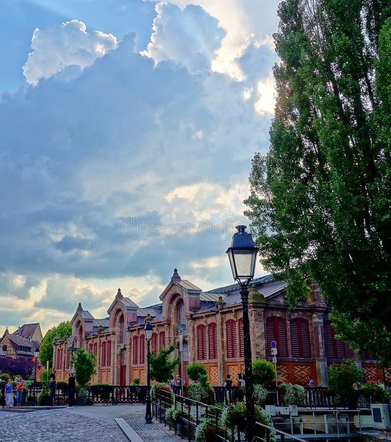 Dramatisk himmel i Colmar, Alsace, Frankrike royaltyfri bild