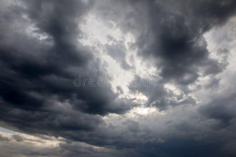 Dramatisk himmel med en mäktig belysning royaltyfri foto