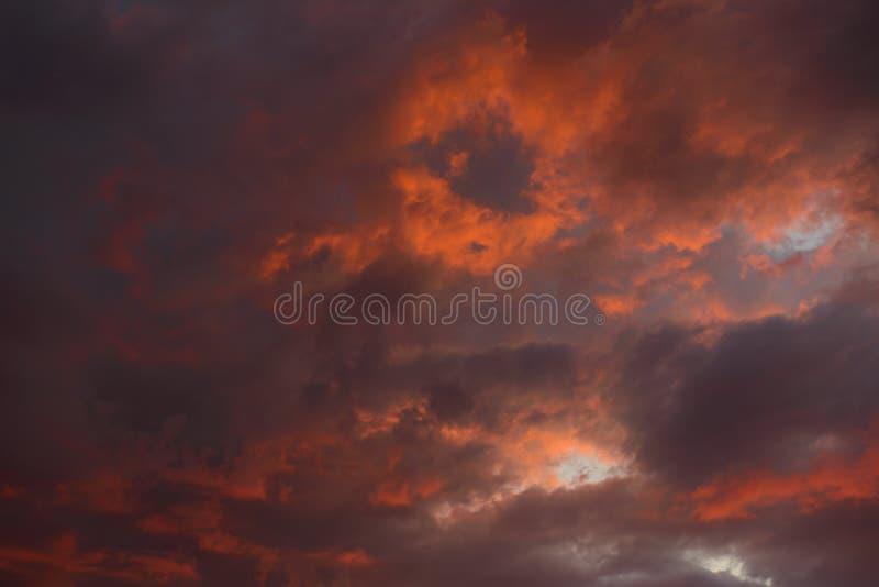 Dramatisk himmel med mörka röda moln royaltyfria bilder