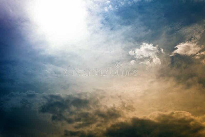 Dramatisk himmel med moln och solen arkivfoton
