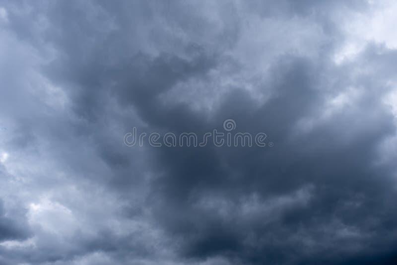 Dramatisk himmel med moln, stormig himmel arkivfoton