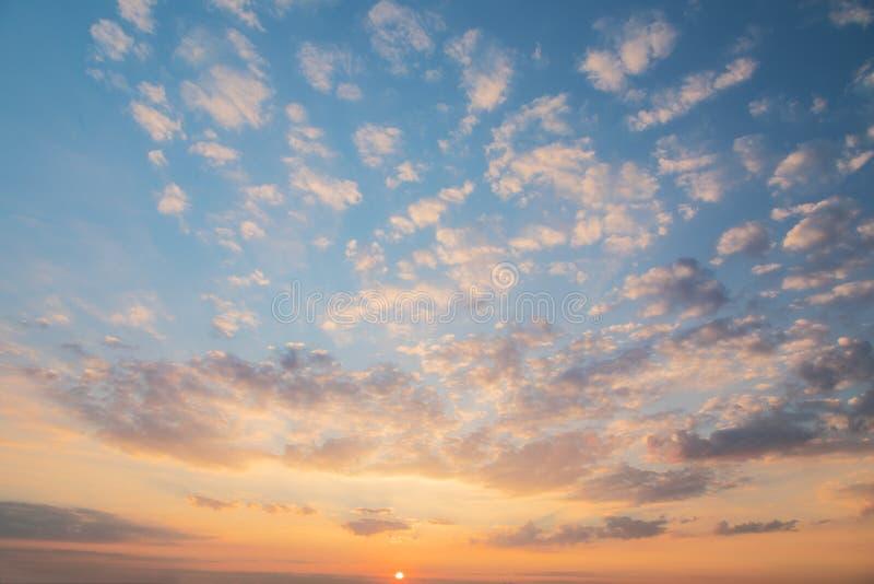Dramatisk himmel med molnet på solnedgången royaltyfri foto