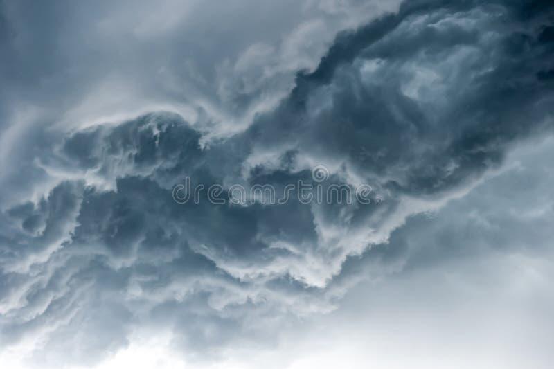 Dramatisk himmel med stormiga moln royaltyfri fotografi