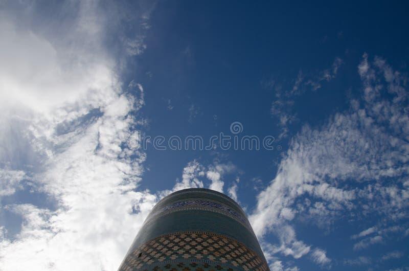 Dramatisk himmel ovanför Kalta den mindre minaret i Khiva royaltyfria foton