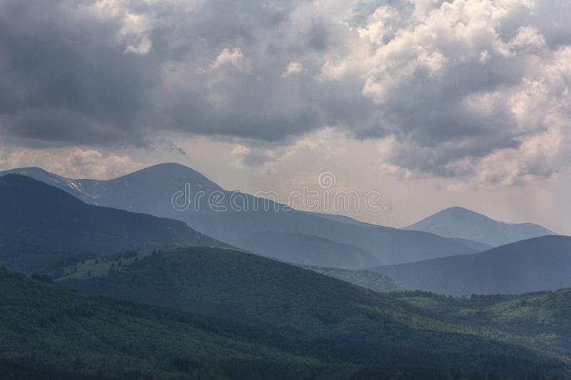 Dramatisk himmel ovanf?r den montenegrinska kanten, bergen av Goverla och Petros arkivfoton