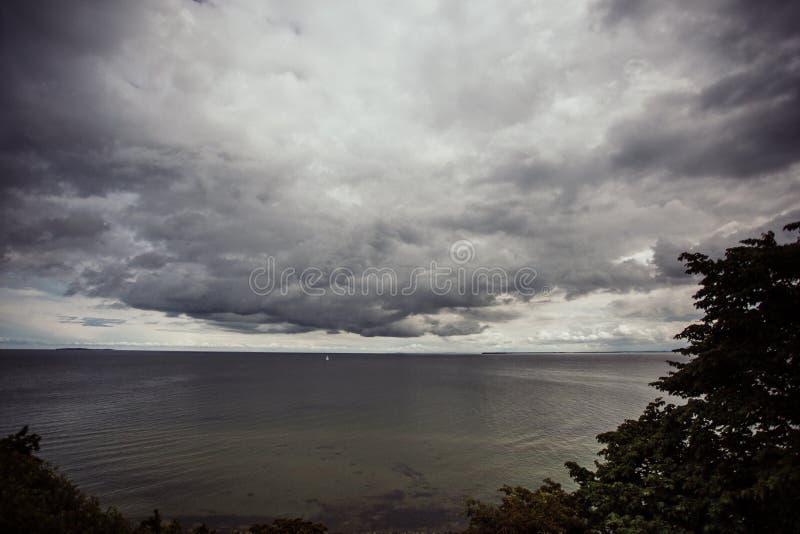 Dramatisk himmel på kusten royaltyfria bilder