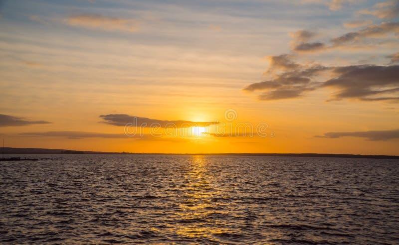 Dramatisk himmel under solnedgång över havet royaltyfri fotografi