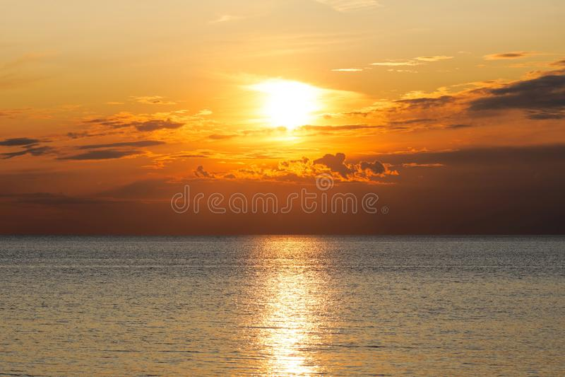 Dramatisk himmel vid solnedgång nära havet arkivfoton