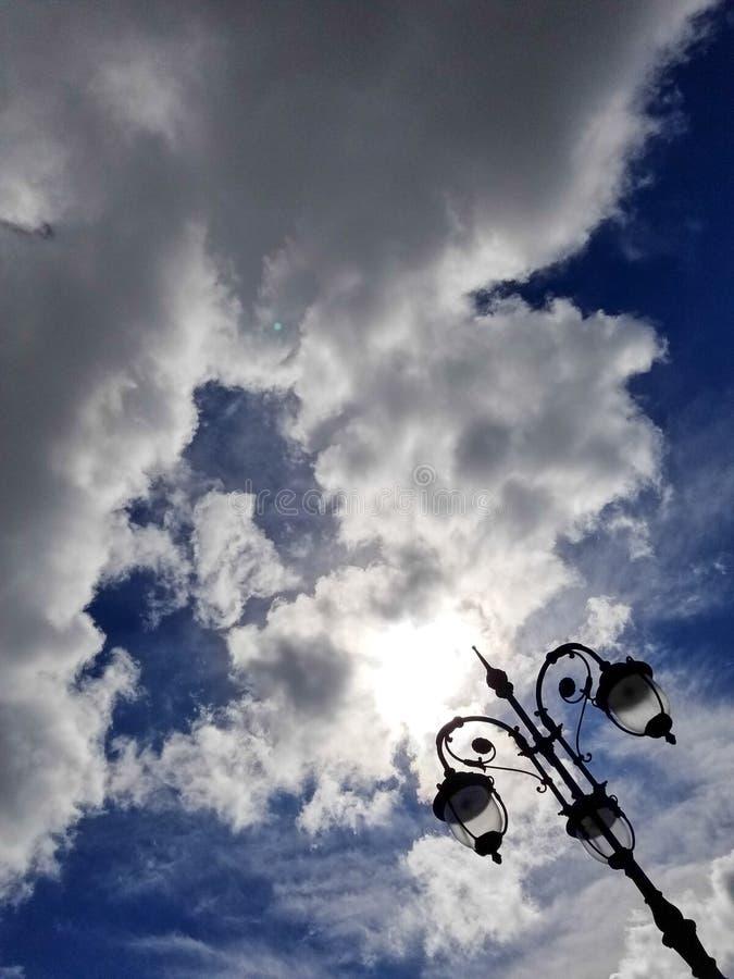 Dramatisk himmelbakgrund med lyktan i högert hörn royaltyfria bilder