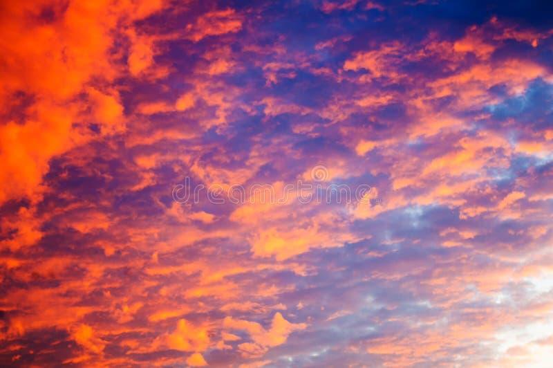Dramatisk himmelbakgrund på soluppgång arkivfoton