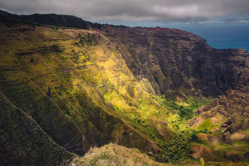 Dramatisk landskapsikt av kustlinjen, klippor och dalen för Na Pali arkivfoton