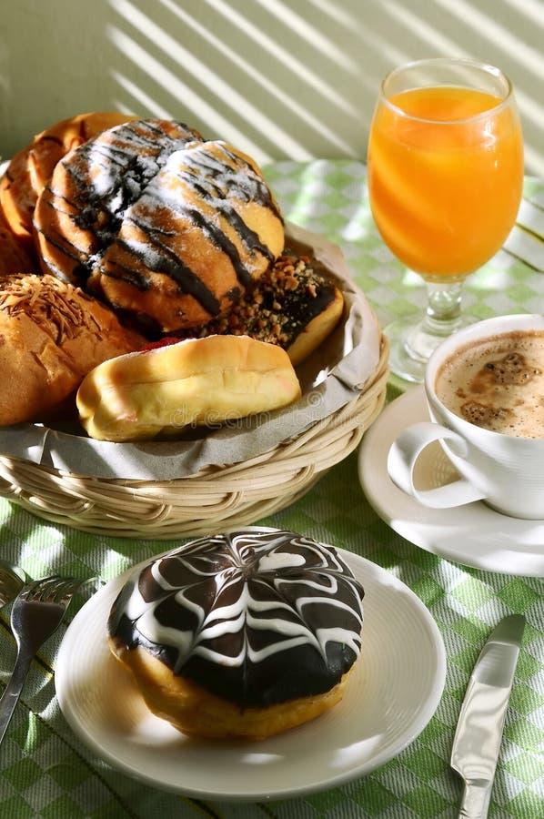 dramatisk ljus morgontabell för frukost royaltyfri fotografi