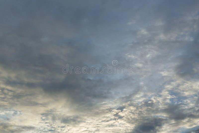 Dramatisk lynnig himmel för monsun arkivbild
