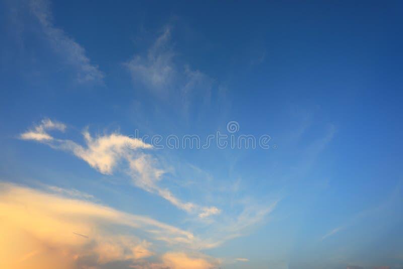 Dramatisk lynnig solnedgånghimmel med det härliga molnet royaltyfri foto