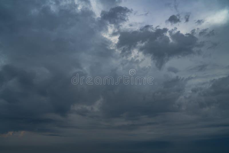 Dramatisk mörk molnig himmel för en åskväder Lynniga Cloudscape royaltyfria bilder