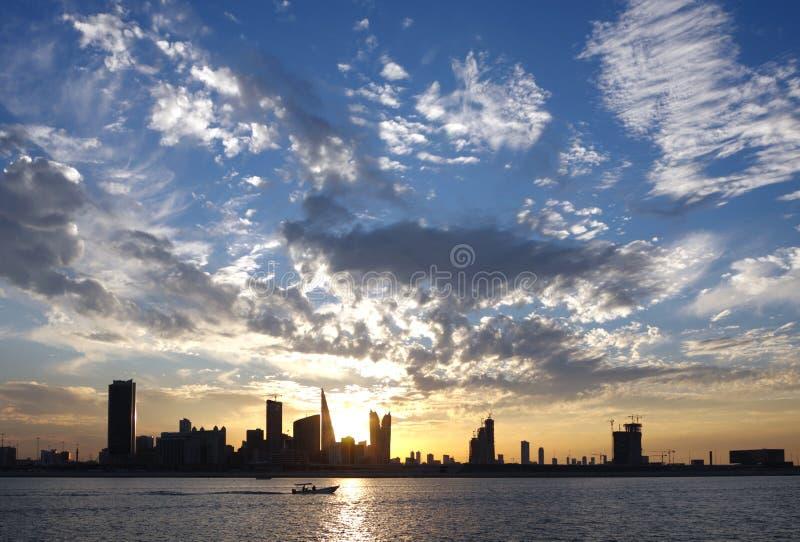Dramatisk moln och Bahrain horisont arkivbild