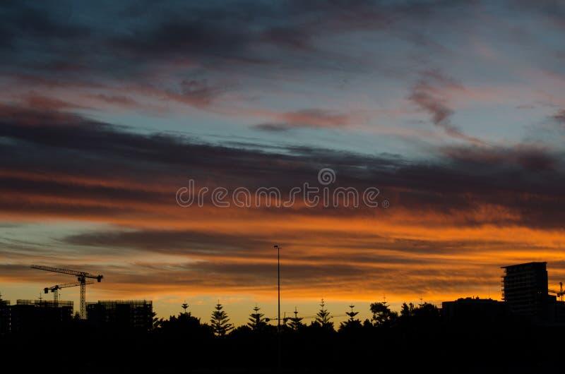 Dramatisk molnhimmel för härlig röd solnedgång med konturn av landskapet arkivbilder