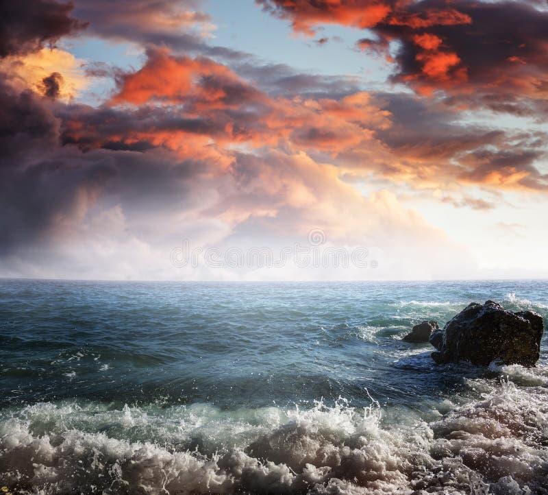 Dramatisk molnig himmel över havet royaltyfri fotografi