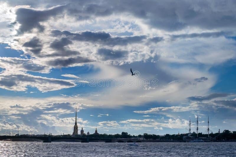 Dramatisk molnig sikt av den Neva floden i StPetersburg royaltyfria bilder