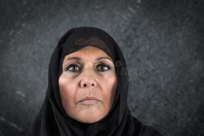 Dramatisk muslimkvinna arkivfoto