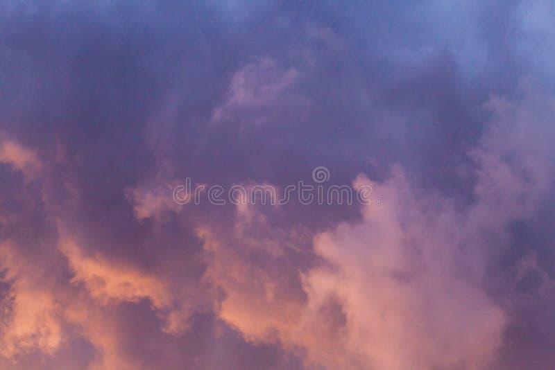 Dramatisk och färgrik molnig solnedgånghimmel arkivbilder