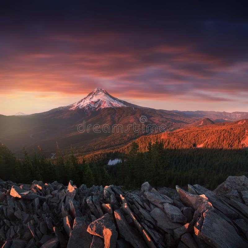 Dramatisk och majestätisk sikt av Mt Huv på en ljus färgrik solnedgång under sommarmånaderna Det Stillahavs- nordvästligt, Oregon arkivfoton