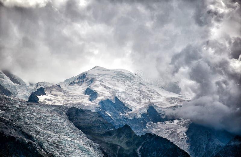 Dramatisk sikt av det Mont Blanc berget, franska fjällängar arkivfoton