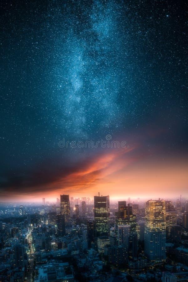 Dramatisk sikt av en stadshorisont på natten med den mjölkaktiga vägen royaltyfri bild