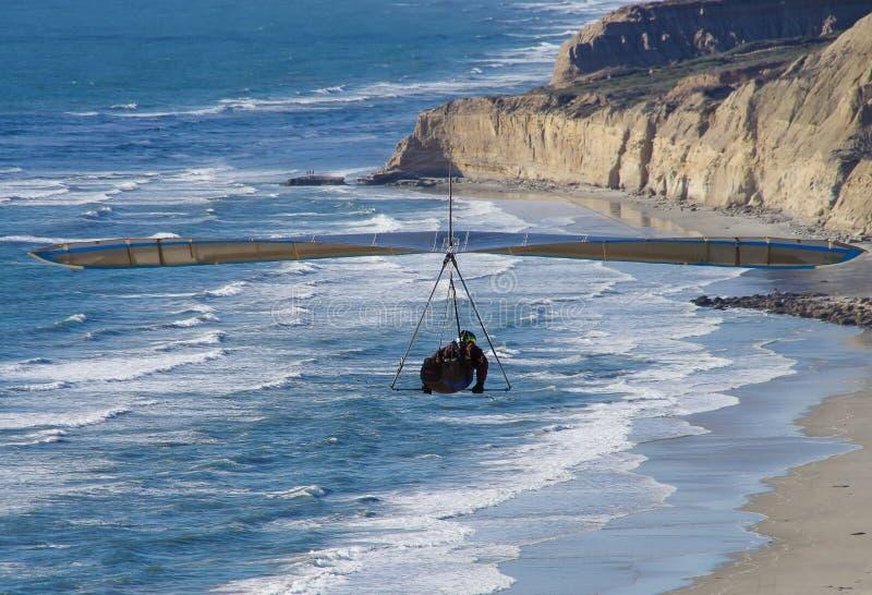 Dramatisk sikt av hängningglidflygplanet som att närma sig Torrey Pines Gliderport, La Jolla, CA royaltyfria bilder