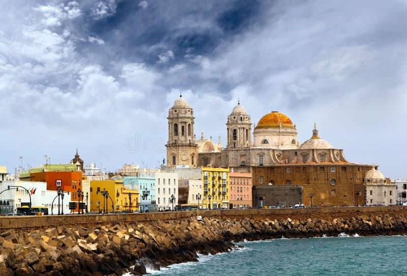 Dramatisk sikt av kupolen av Cadiz och sjösidan på aftonen, Andalusia, Spanien royaltyfri fotografi