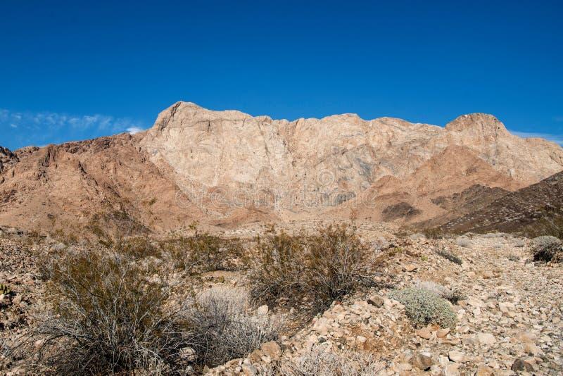 Dramatisk sikt av marmorberg i Mojaveöknen royaltyfri foto