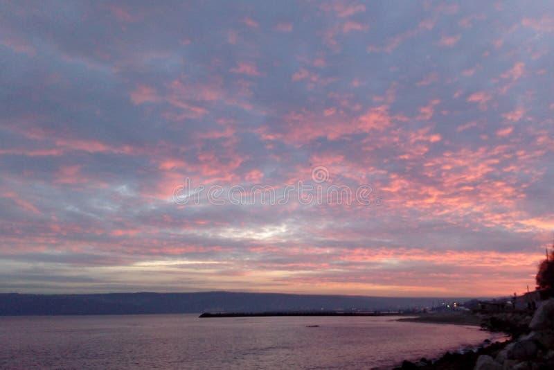 Dramatisk sky under solnedgång royaltyfri fotografi