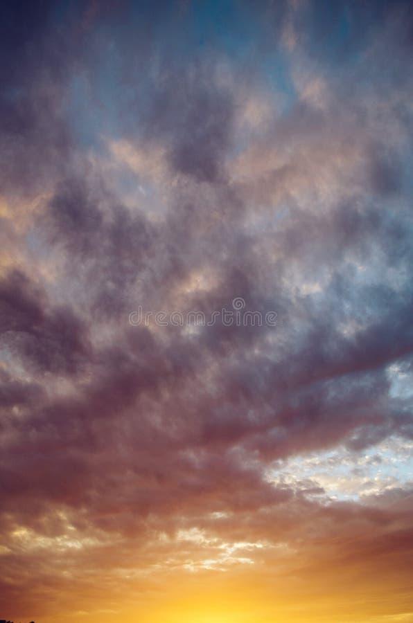 dramatisk skysolnedgång royaltyfria bilder