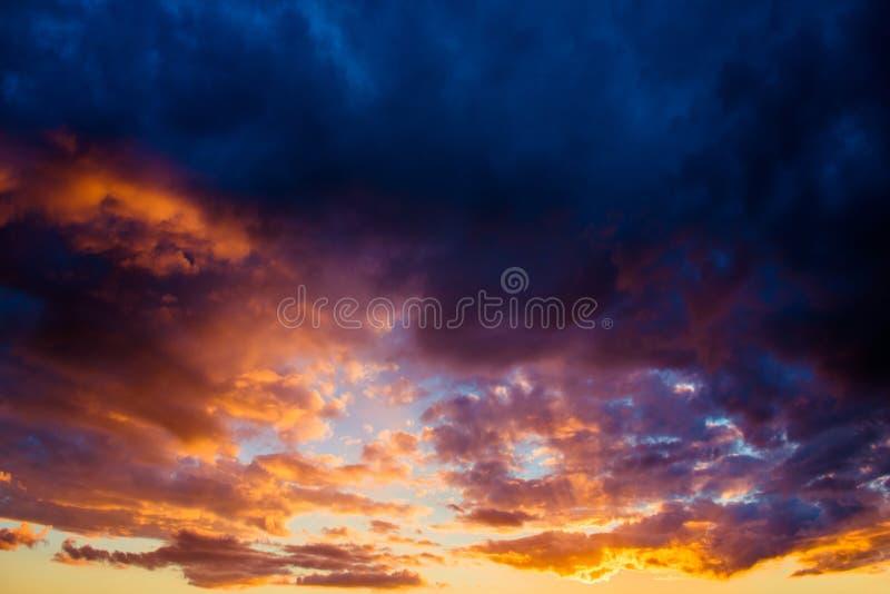 dramatisk skysolnedgång royaltyfri foto
