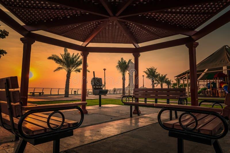 Dramatisk solljus på havssidan Alkhobar i Saudiarabien Ort: Khobar, land: Saudiarabien Klickades den 25 oktober 2019 royaltyfri foto