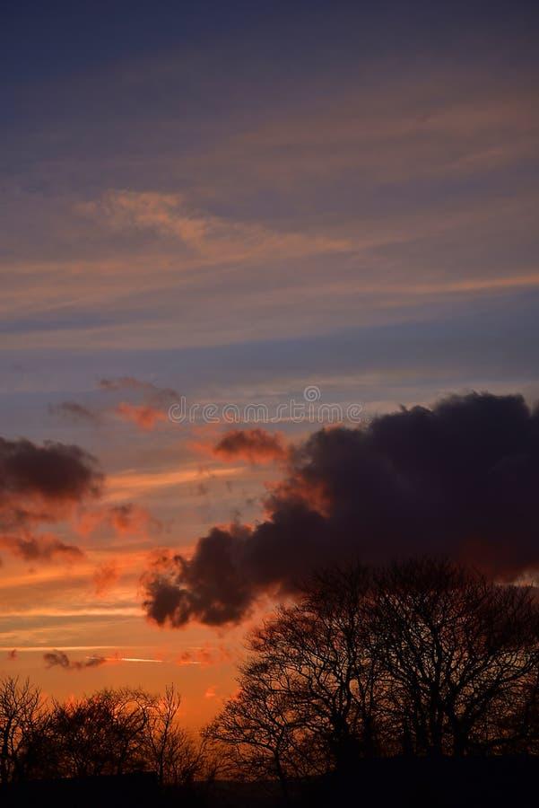Dramatisk solnedgång över östliga Lancashire i England arkivfoton