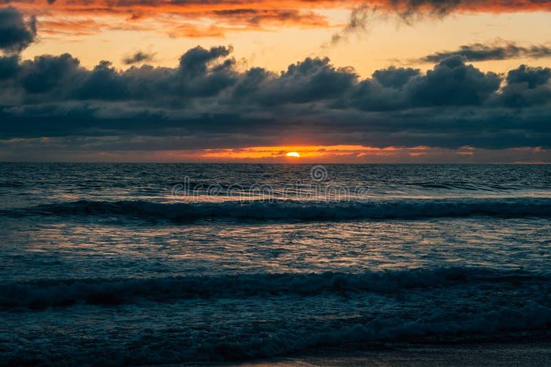 Dramatisk solnedgång över vågor i Stilla havet i imperialistisk strand, nära San Diego, Kalifornien royaltyfria bilder