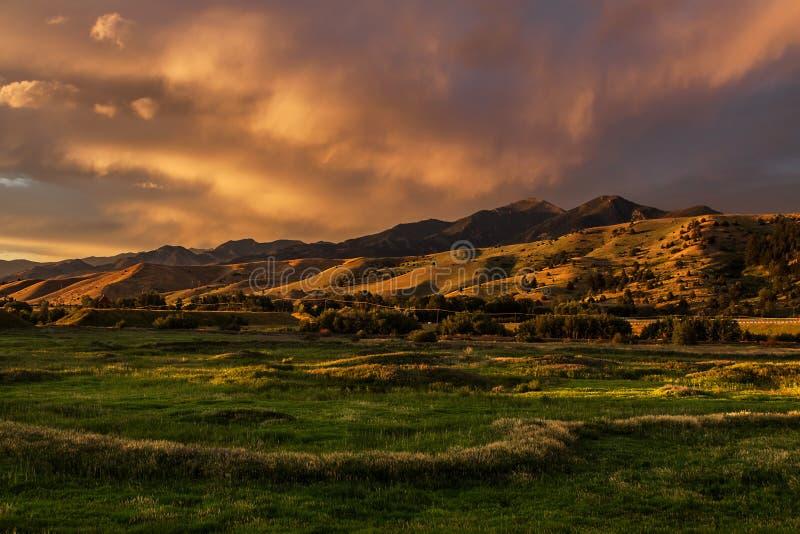 Dramatisk solnedgång Cloudscape, Bozeman Montana USA fotografering för bildbyråer