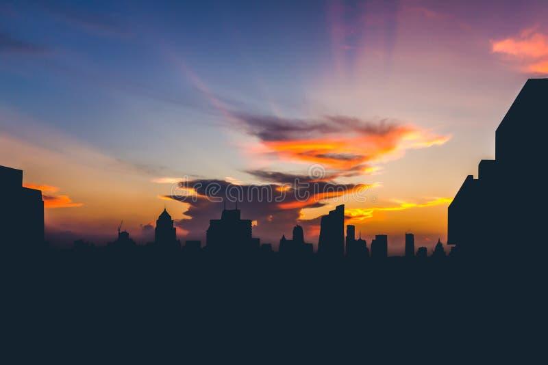 Dramatisk solnedgång för konturcityscapestund arkivfoto