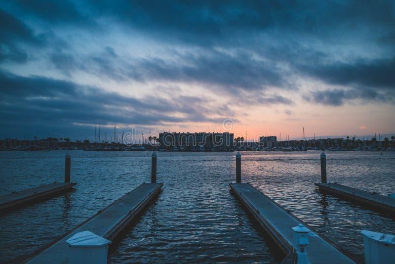 Dramatisk solnedgång på Marina del Rey royaltyfri bild