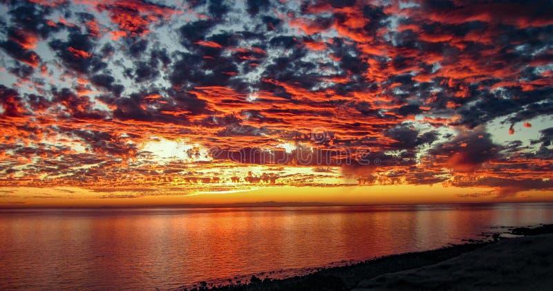 Dramatisk solnedgång på Rocky Point, Mexico arkivfoton