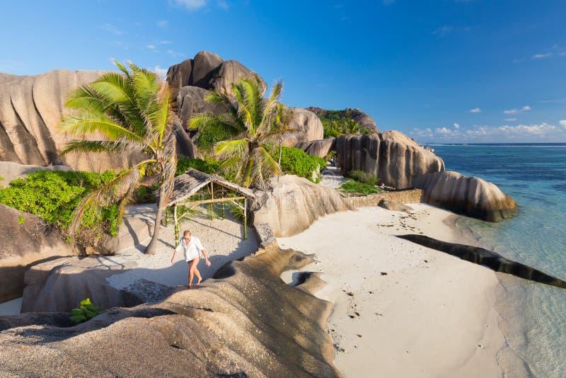 Dramatisk solnedgång på stranden för ` för Anse källa D den Argent, LaDigue ö, Seychellerna royaltyfri fotografi
